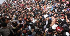 Seperti inilah penderitaan rakyat pecinta timnas jika PSSI salah urus. Ribuan orang berdesak-desakan saat antre untuk mendapatkan kupon pembelian tiket laga semifinal leg kedua Piala Suzuki AFF 2010 antara timnas Indonesia melawan Filipina di Stadion Gelora Bung Karno, Jakarta Pusat, Sabtu (18/12/2010). (FOTO: KOMPAS/WISNU WIDIANTORO)