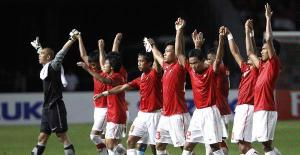 Merekalah pahlawan kita yang sebenarnya. Pemain timnas Indonesia merayakan kemenangan usai mengalahkan timnas Filipina 1-0 dalam semifinal Piala Suzuki AFF 2010 di Stadion Utama Gelora Bung Karno, Jakarta, Kamis (16/12/2010). (FOTO: KOMPAS/AGUS SUSANTO)