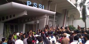Suporter tim nasional Indonesia menurunkan bendera PSSI di depan kantor PSSI di kompleks Stadion Gelora Bung Karno, Senayan, Jakarta Pusat, Sabtu (18/12/2010). (Foto: KOMPAS.COM/LAKSONO HARI WIWOHO)